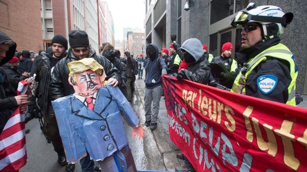 Противники Трампа сожгли флаг США наакции протеста вМонреале