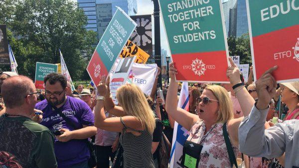 Онтарио: учителя начальных классов протестовали у парламента