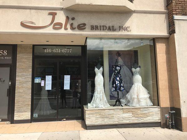 Свадебный бутик оставил невест без платьев