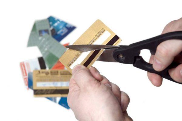 Банки уменьшают ставки по кредитным картам всем, на кого повлиял COVID-19